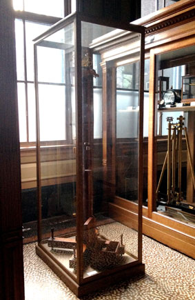 vitrine-teylers-museum-hoog